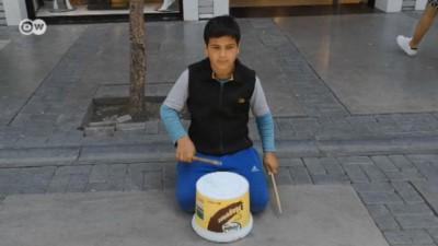 İzmir sokaklarındaki Suriyeli Yusuf ve plastik kovası