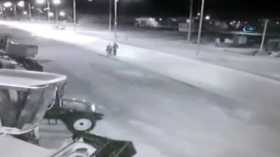Yolda yürüyen 4 kişiye otomobilin çarpma anı kamerada