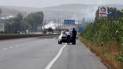 Akan trafiğe aldırış etmediler...Yakıtı biten otomobili benzin istasyonuna böyle soktular