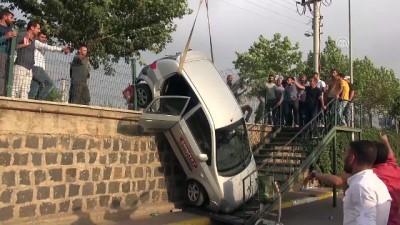 Sürücü adayının kullandığı otomobil istinat duvarından düştü - ŞANLIURFA