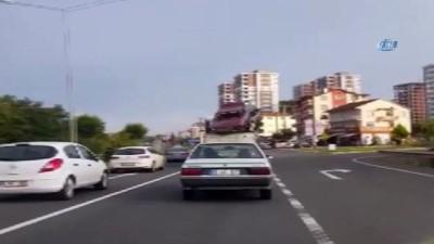 Tedbirsiz şekilde hurda araba taşıyan kamyon kamerada