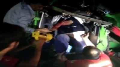 Adana'da kamyon ile araç çekicisi çarpıştı, sürücüler araçta sıkıştı
