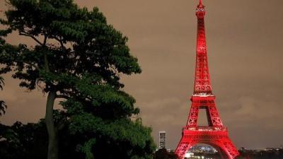 Eyfel Kulesi Japonya bayrağı renklerine büründü