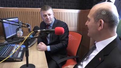 İçişleri Bakanı Soylu, Çukurca Radyo canlı yayınında çalınan parçaya eşlik etti - HAKKARİ