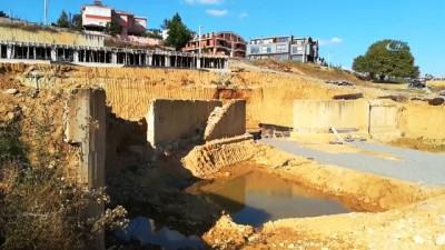 İnşaat temeli yolu çökertince çevredeki evler boşaltıldı