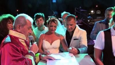 Konser verdiği sahnede evlendi - İZMİR