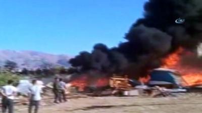Malatya'da boş arazideki tahtalar alev alev yandı