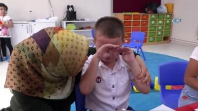 Minikler annelerinden ayrılırken gözyaşlarını tutamadı