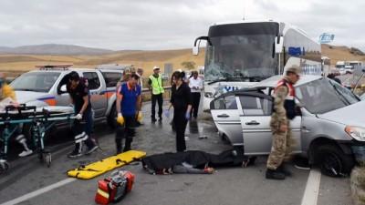 yolcu otobusu -  Yolcu otobüsü ile otomobil çarpıştı: 2 ölü, 3 yaralı