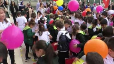 Yüzlerce balonu okulun bahçesine boşalttılar