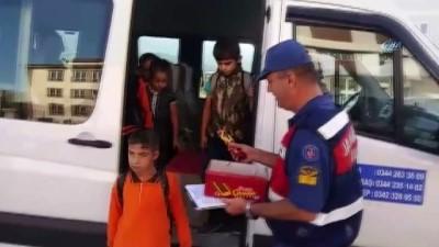 Jandarma okul servislerini çikolata ile denetledi