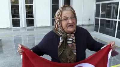 Türk bayrağıyla teröristleri protesto etti - HATAY