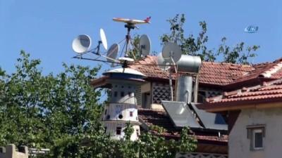Köydeki evinin bahçesine 8 metre uzunluğunda uçak maketi ve kulesi yaptı