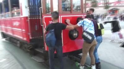 Taksim'de nostaljik tramvayın arkasına takılan patenli gençlerin tehlikeli oyunu kamerada