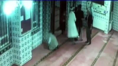 Dernek başkanı imamın üzerine yürüdü, araya cemaat girdi... O anlar kamerada