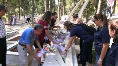 Kadın basketbolcular Özgecan'ın mezarına çiçek bıraktı