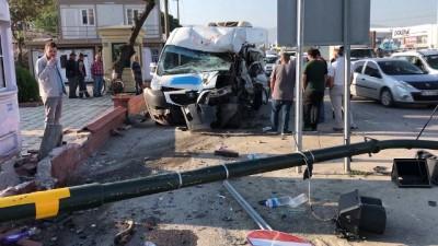 Kırmızı ışıkta duramayan servis minibüsü kamyonete böyle çarptı:7 yaralı