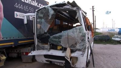 lise ogrenci -  Kocaeli TEM'de servis midibüsü devrildi: 1 ölü 18 yaralı