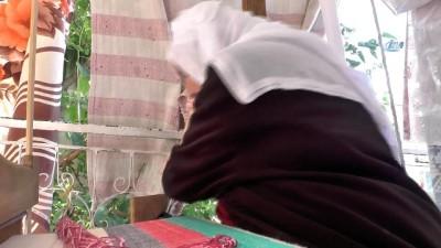 80 yaşındaki Zennure Nine cecim dokuyor