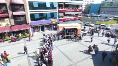Gaziosmanpaşa'da vatandaşa 3 ton aşure dağıtıldı