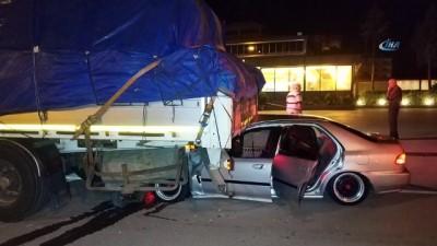trafik kazasi -  Otomobil park halindeki tırın dorsesinin altına girdi: 4 yaralı