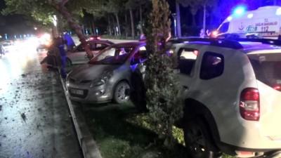 saglik ekipleri -  Elazığ'da 3 araç birbirine girdi: 2 yaralı Haberi