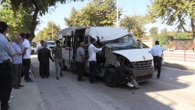 Minibüs kamyonete çarptı: 8 yaralı - YALOVA