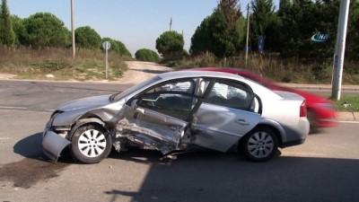 saglik ekipleri -  'U' dönüşü kazaya neden oldu: 4 yaralı
