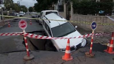 bild -  Eyüpsultan'da su borusu patladı, otomobil dev çukura düştü