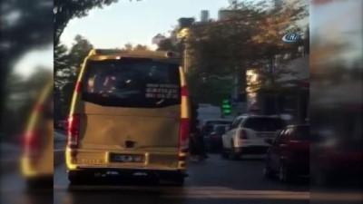 cep telefonu -  Yolcuların kapıdan sarktığı minibüste tehlikeli yolculuk kamerada