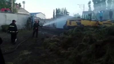 itfaiye araci -  Ağrı'da iki farklı yerde çıkan yangında toplam 50 ton ot ve saman küle döndü