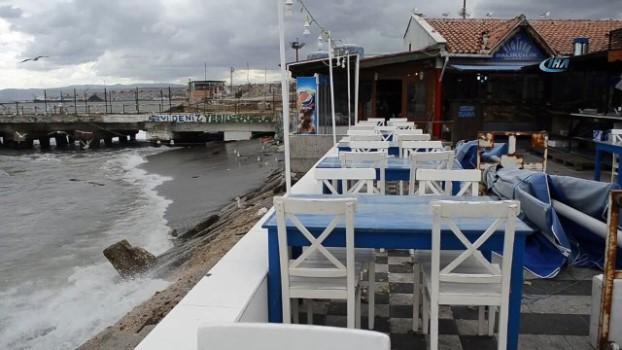soguk hava dalgasi -  Şiddetli fırtına nedeniyle dev dalgalar sahili dövdü