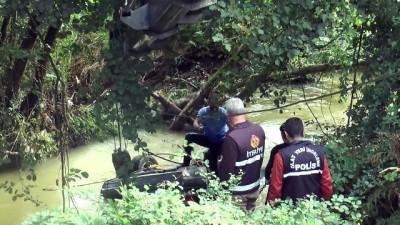 kurtarma ekibi - Dereye düşen otomobilin sürücüsü kayboldu - DÜZCE