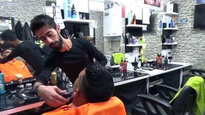 Amasyalı berber, tıraş için seçtiği mekanlarla şaşırtıyor