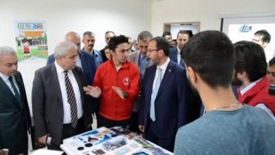 Bakan Kasapoğlu Turgutlu'da türkü söyledi, fidan dikti