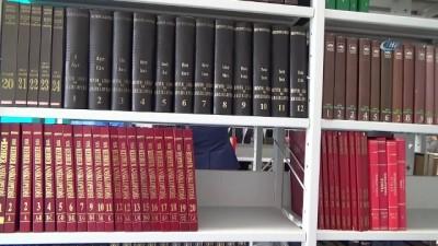 Emekli öğretmen kitaplarını bağışladı