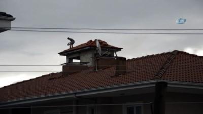 Hiç bir güvenlik önlemi almadan çatıda çalışan işçiler, yürekleri ağızlara getirdi