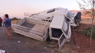 Kamyonetle minibüs çarpıştı: 20 yaralı - TUNCELİ