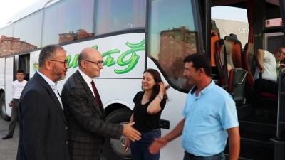 Rektör yeni öğrencilerini otogarda karşıladı - BURDUR