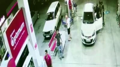 Çocukların telefonlarını gasp eden şahıslar polisten kaçamadı...Hırsızların yakalanma anı kamerada