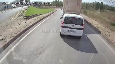 Kamyon şoförünün sürücüsüyle tartıştığı araca çarpması kamerada - SİVAS