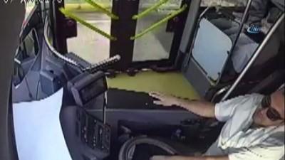 Otobüsü durdurup görme engelli vatandaşı yolun karşısına geçirdi