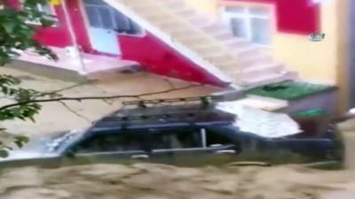 Sel suları otomobilleri sürükledi, ev ve iş yerleri sular altında kaldı
