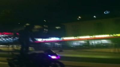 Motosikletli sürücünün tehlikeli şovu kamerada