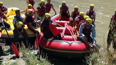 Rafting rehberi olabilmek için azgın sularda mücadele ediyorlar - ERZİNCAN