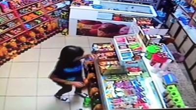 Küçük kızdan örnek davranış...Market sahibi yokken aldığı şekerin parasını kameraya gösterip bıraktı