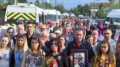 İyi Ki Varsın -  64 gün sonra aynı yerde aynı acı... Tren kazasında ölenlerin yakınları tren raylarına karanfil bıraktı