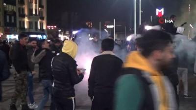 grup genc -  Taksim'de yeni yılda dilek fenerleri uçurdular