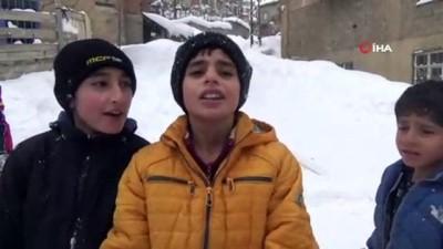 Çocukların kayak keyfi...Kızakları olmayan çocuklar, poşet ve tahta parçalarının üzerinde kayıyor
