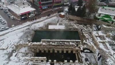 İki bin yıllık havuzda kar altında yüzme keyfi - YOZGAT